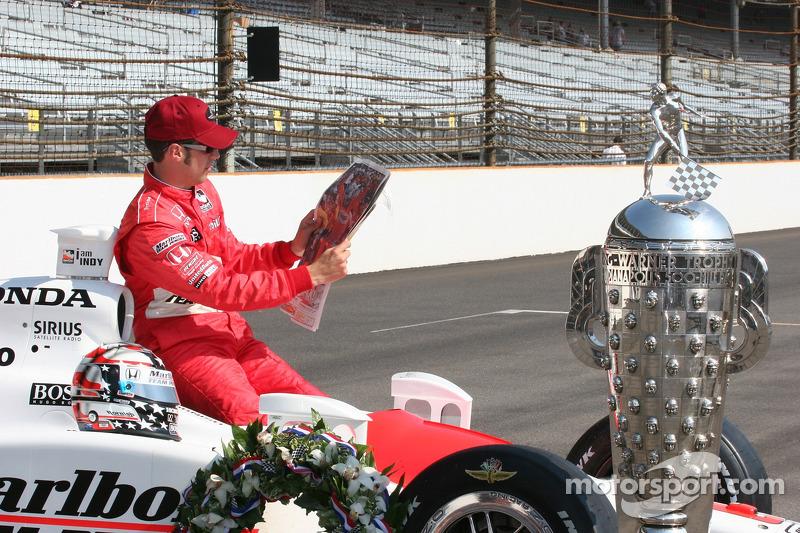 Sam Hornish Jr. Lit l'article au sujet de sa victoire au Indianapolis 500