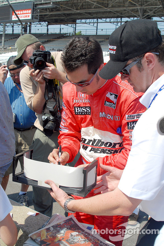 Sam Hornish Jr. signe des autographes