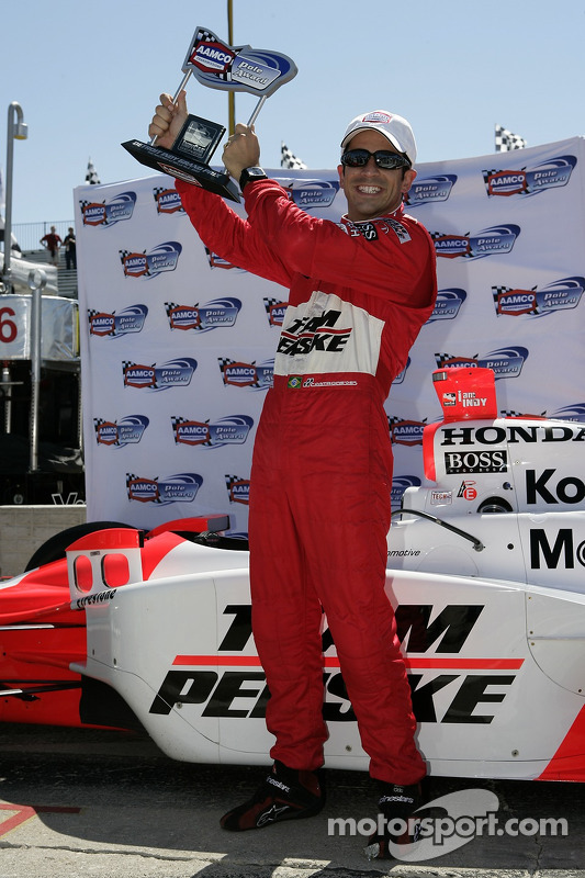 Le poleman Helio Castroneves fête sa pole position