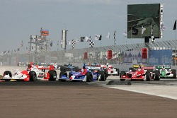 Start: Helio Castroneves leads Marco Andretti