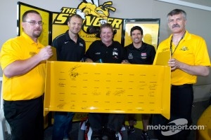 Sam Schmidt, with Townsend Bell, Sam Schmidt Motorsports and Alex Tagliani, Sam Schmidt Motorsports after signing the wing on the centennial car
