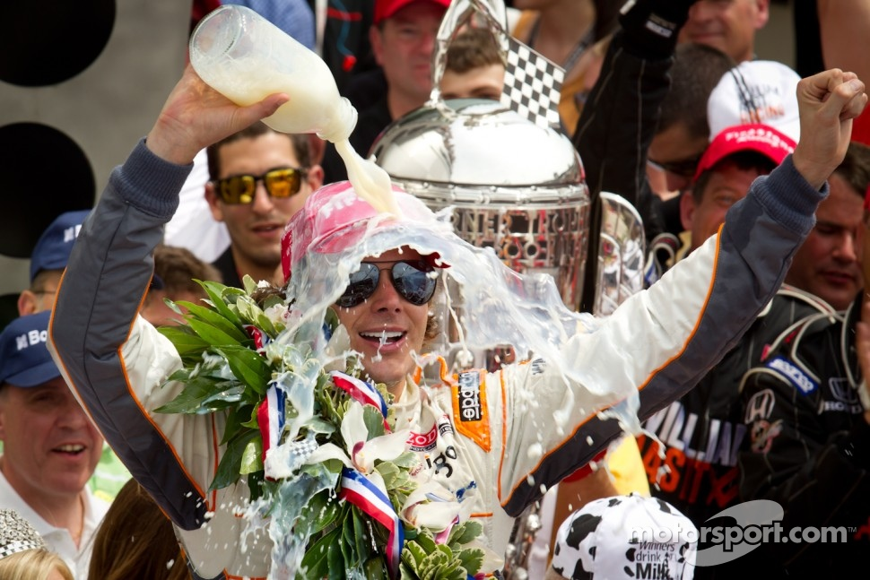 Victory circle: race winner Dan Wheldon, Bryan Herta Autosport with Curb / Agajanian celebrates