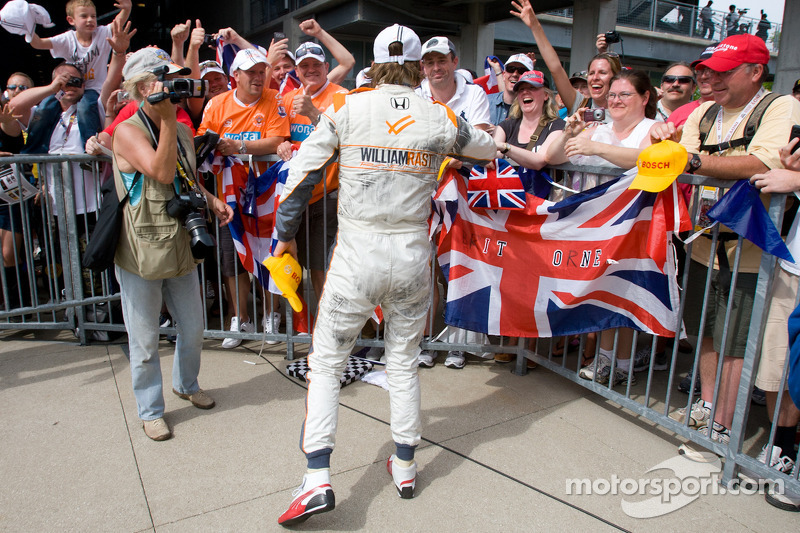 Race winner Dan Wheldon, Bryan Herta Autosport with Curb / Agajanian celebrates with British fans