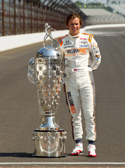 Winners photoshoot: Dan Wheldon, Bryan Herta Autosport with Curb / Agajanian poses with the Borg-Warner Trophy