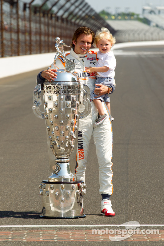 Winners photoshoot: Dan Wheldon, Bryan Herta Autosport with Curb / Agajanian and his son pose with the Borg-Warner Trophy