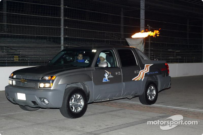 Helio Castroneves au volant du véhicule olympique officiel