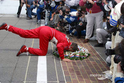 Gil de Ferran kisses the brickyard