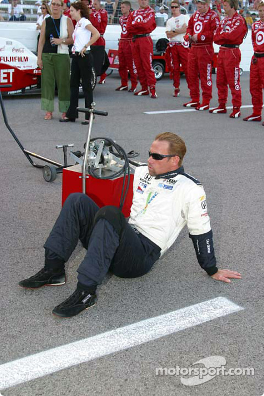 Greg Ray prend une pause pendant les activités d'avant-course