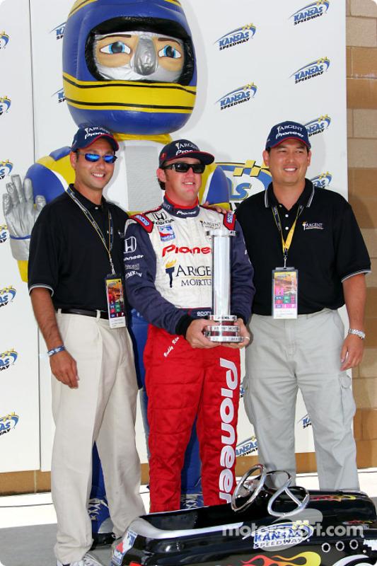 Buddy Rice avec le trophée de la pole