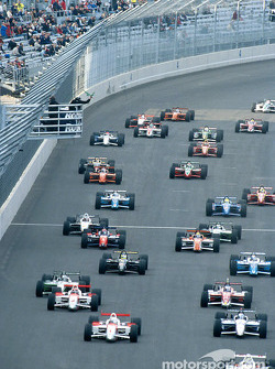 The start: Kenny Brack and Gil de Ferran leading the field