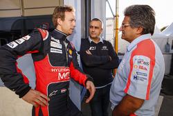 Kevin Abbring, Sebastian Marshall, Hyundai i20 WRC, Hyundai Motorsport, avec Michel Nandan, directeur de Hyundai Motorsport