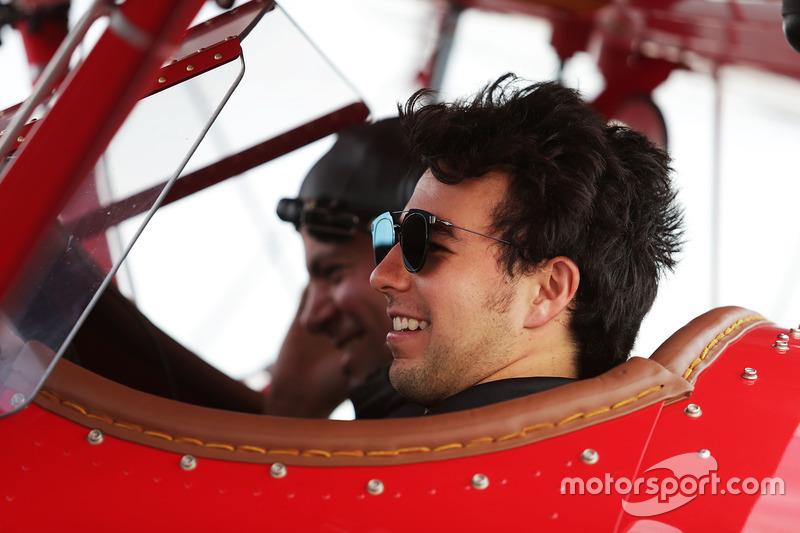 Sergio Pérez, Sahara Force India F1 toma un vuelo en un biplano