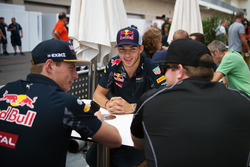 Max Verstappen, Red Bull Racing con Pierre Gasly, Red Bull Racing tercer piloto y Conor Daly