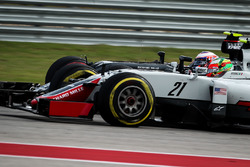 Esteban Gutierrez, Haas F1 Team VF-16 and Jenson Button, McLaren MP4-31 battle for position