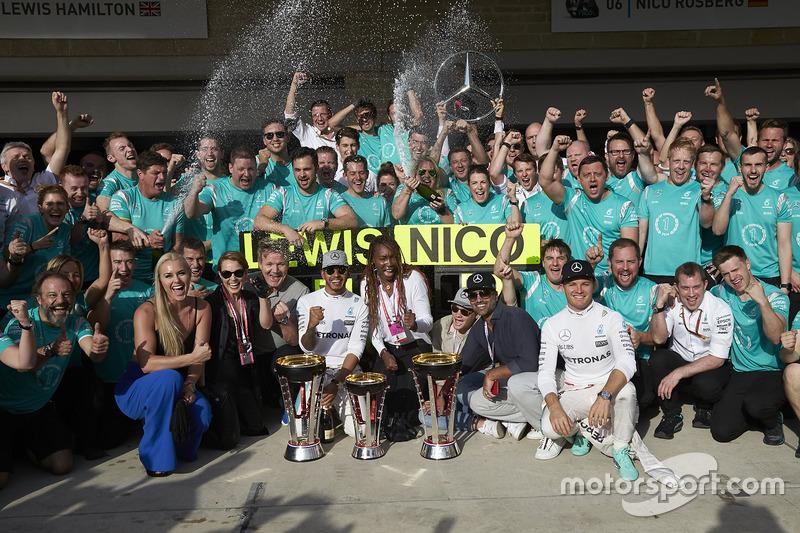 Ganador Lewis Hamilton, Mercedes AMG F1, Nico Rosberg, Mercedes AMG F1; Lindsey Vonn, Gordon Ramsey y Venus Williams
