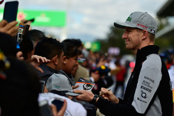 Nico Hulkenberg, Sahara Force India F1 firma de autógrafos para los fans