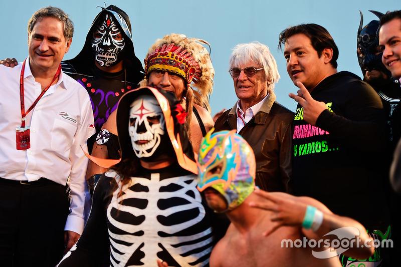 Bernie Ecclestone, con luchadores mexicanos