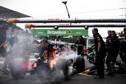 Les freins de Max Verstappen, Red Bull Racing RB12, prennent feu dans les stands