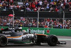 Sergio Perez, Sahara Force India F1 VJM09 begroet zijn fans na de race