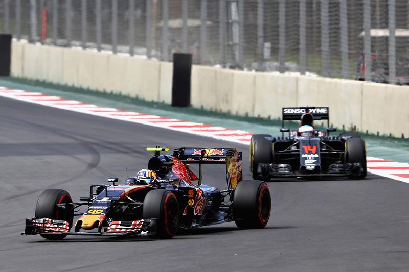 Carlos Sainz, Scuderia Toro Rosso STR11, Fernando Alonso, McLaren MP4-31