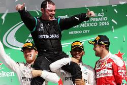 Нико Росберг, Mercedes AMG F1; механик Mercedes AMG F1 Тони Уолтон; Льюис Хэмилтон, Mercedes AMG F1; Себастьян Феттель, Ferrari