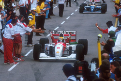 Ayrton Senna, McLaren feriert seinen Sieg auf den Weg zum Parc Ferme