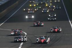 Start action, #5 Toyota Racing Toyota TS050 Hybrid: Anthony Davidson, Sébastien Buemi, Kazuki Nakajima leads