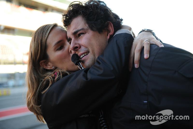 Adrián Vallés celebra con su esposa el título