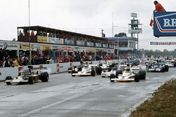 Largada: Ronnie Peterson, Lotus 72D Ford, y Peter Revson, McLaren M23 Ford lideran