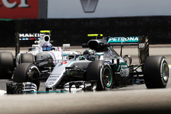 Nico Rosberg, Mercedes AMG F1 W07 Hybrid leads Valtteri Bottas, Williams FW38