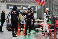 Carlos Sainz Jr., Scuderia Toro Rosso celebra en parc ferme mientras Fernando Alonso, McLaren camina
