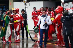 Команда Ferrari аплодує Феліпе Масса, Williams на піт-лейні після того, як він зійшов з гонки