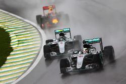Lewis Hamilton, Mercedes AMG F1 W07 Hybrid, mène devant son coéquipier Nico Rosberg, Mercedes AMG F1 W07 Hybrid et Max Verstappen, Red Bull Racing RB12