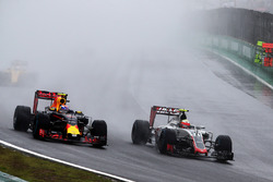 Max Verstappen, Red Bull Racing RB12, en Esteban Gutierrez, Haas F1 Team VF-16, in gevecht