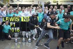(L to R): Race winner Lewis Hamilton, Mercedes AMG F1 and second place team mate Nico Rosberg, Mercedes AMG F1 celebrate with the team