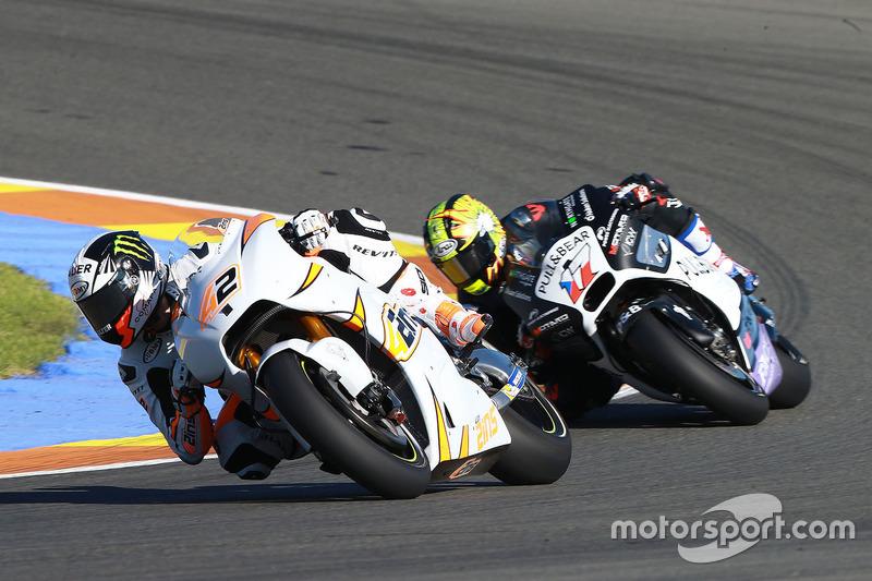 Alex Rins testa pela Suzuki à frente de Karel Abraham, que retorna à MotoGP pela Aspar Ducati