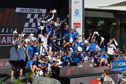 El equipo Volkswagen Motorsport celebra