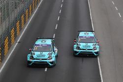 Jean-Karl Vernay, Leopard Racing, Volkswagen Golf GTI TCR; Stefano Comini, Leopard Racing Team Volkswagen Golf GTI