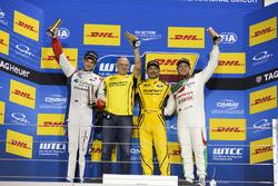 Podium: Racewinnaar Gabriele Tarquini, LADA Sport Rosneft, Lada Vesta; tweede plaats Tom Chilton, Sébastien Loeb Racing, Citroën C-Elysée WTCC; derde  plaats Rob Huff, Honda Racing Team JAS, Honda Civic WTCC