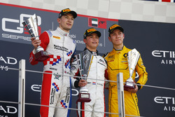 Podium: tweede Jake Dennis, Arden International; winnaar Nyck De Vries, ART Grand Prix; derde Jack Aitken, Arden International