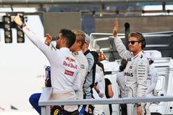 Nico Rosberg de Mercedes AMG F1 y Daniel Ricciardo, Red Bull Racing en el desfile de pilotos