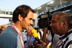 Roger Federer, Tennis Player mit Kai Ebel, RTL TV Moderator in der Startaufstellung