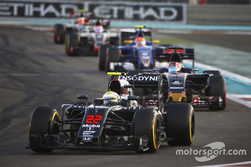 Jenson Button, que fazia a última prova da carreira na F1, cometeu um erro e quebrou a suspensão dianteira direita, abandonando a prova.