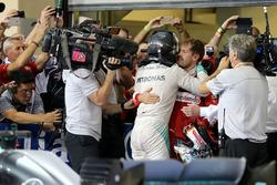 Le nouveau Champion du monde Nico Rosberg, Mercedes AMG F1 et Sebastian Vettel, Scuderia Ferrari
