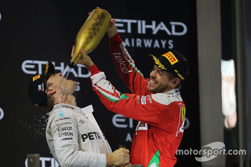 Segundo lugar de Nico Rosberg, de Mercedes AMG F1 celebra su campeonato del mundo en el podio con Sebastian Vettel, Ferrari