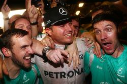 Ніко Росберг, Mercedes AMG Petronas F1 W07 святкує перемогу у Чемпіонаті світу разом із друзями та командою