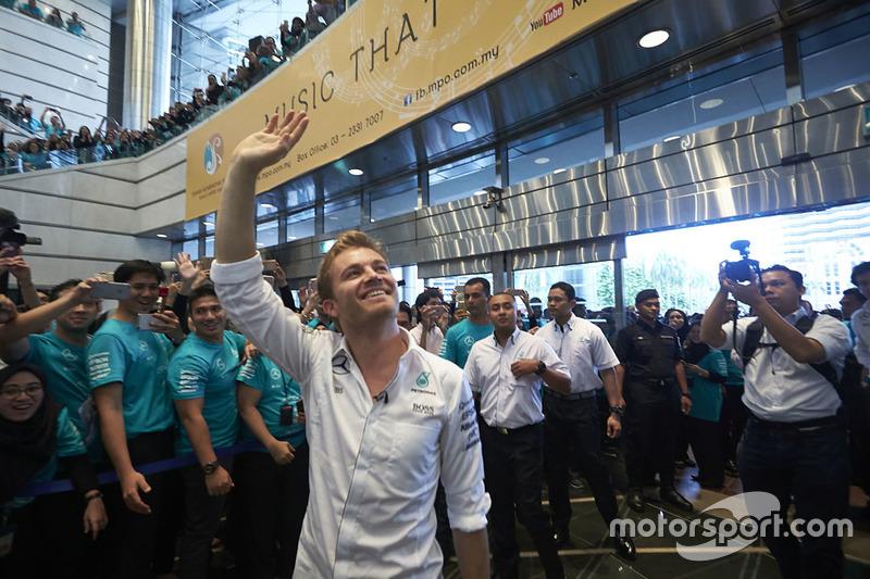 Empleados de Petronas dan la bienvenida a Nico Rosberg, Mercedes AMG F1