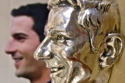 Alexander Rossi mit seinem Abbild aus Sterling-Silber