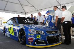 De auto van Jimmie Johnson, Hendrick Motorsports Chevrolet wordt na de wedstrijd geïnspecteerd