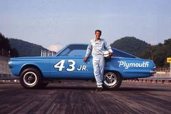 Richard Petty con il secondo 43 JR. Hemi Barracuda.